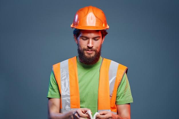 Homem de capacete laranja construção segurança trabalho profissional