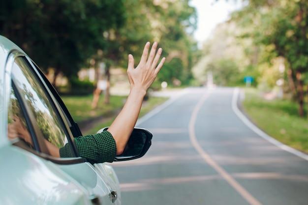 Homem de carona. carona de turista sentado no carro na estrada