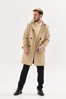 Homem de casaco bege, estilo moderno, estilo de vida, fundo isolado