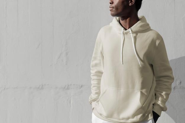 Homem de casaco branco com capuz e roupas masculinas streetwear