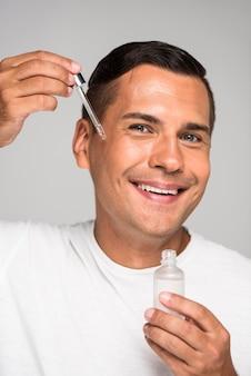 Homem de close-up aplicando soro