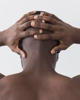 Homem de close-up com as mãos na cabeça