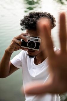 Homem de close-up com câmera tirando fotos