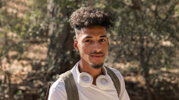 Homem de close-up com fones de ouvido