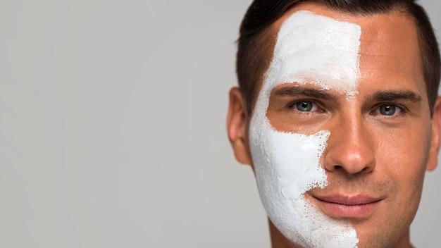 Homem de close-up com máscara facial e cópia-espaço