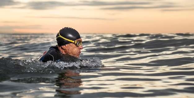 Homem de close-up com óculos de natação