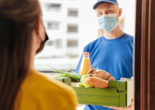 Homem de close-up entregando comida