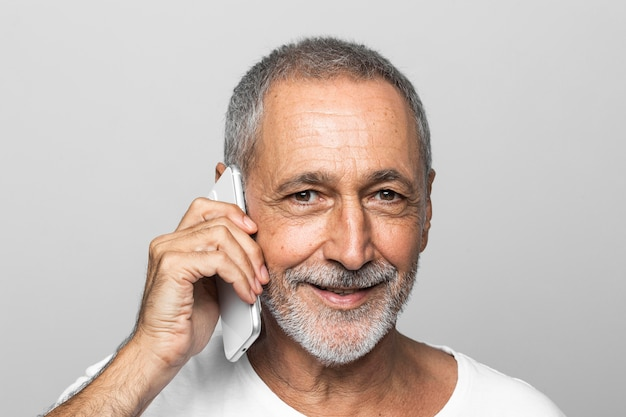 Homem de close-up falando ao telefone