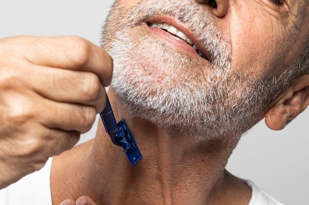 Homem de close-up raspando o pescoço