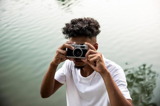 Homem de close-up segurando a câmera