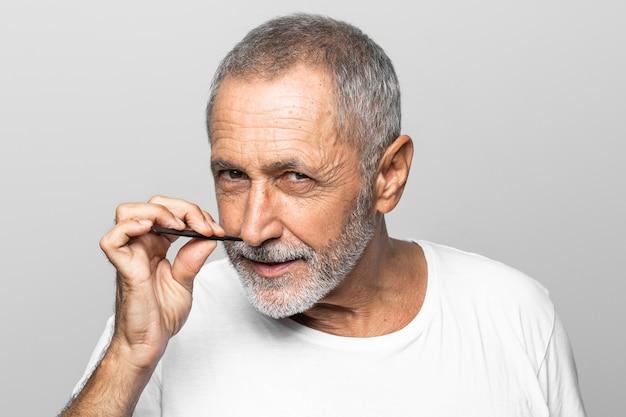 Homem de close-up segurando ferramenta de rosto