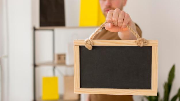Homem de close-up, segurando o quadro