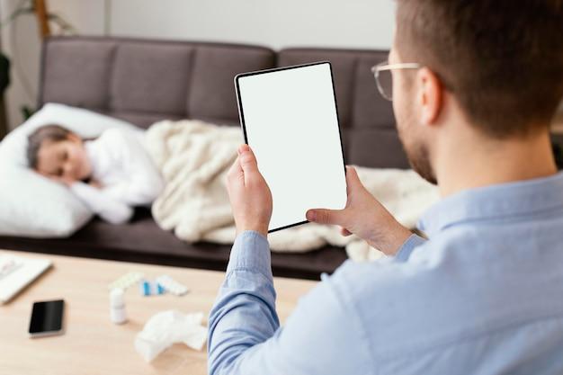 Homem de close-up segurando tablet
