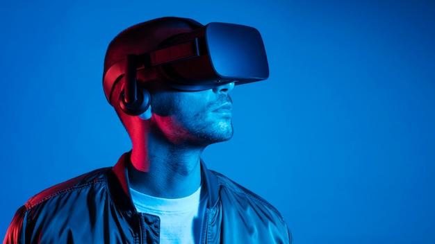 Homem de close-up usando gadget de realidade virtual