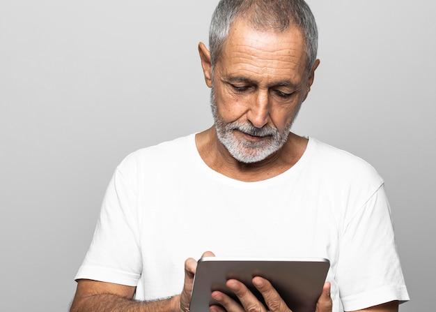 Homem de close-up usando tablet