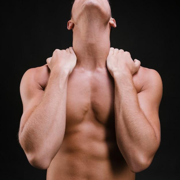 Homem de colheita massageando o pescoço e ombros