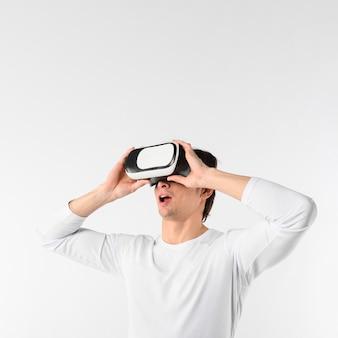 Homem de cópia-espaço com fone de ouvido de realidade virtual