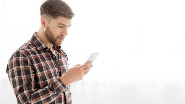 Homem de cópia-espaço com mobile