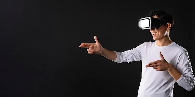 Homem de cópia-espaço com simulador de realidade virtual