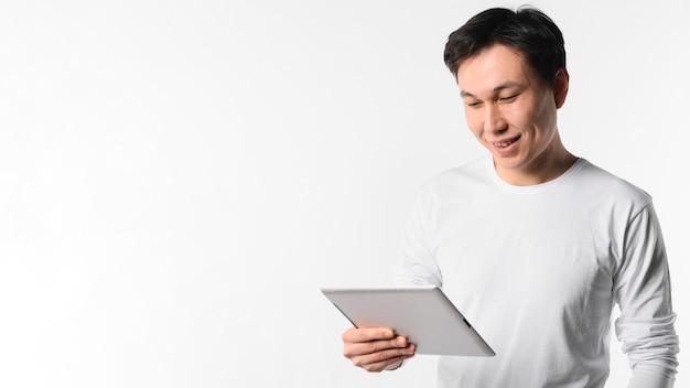 Homem de cópia-espaço com tablet