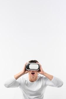Homem de cópia-espaço usando fone de ouvido de realidade virtual