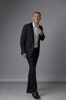 Homem de corpo inteiro retrato com roupa formal