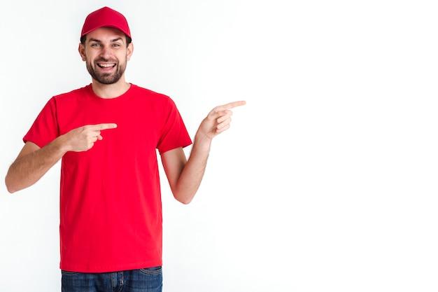 Homem de correio em pé apontando lateralmente tiro médio