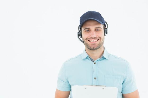 Homem de correio masculino hhappy usando fone de ouvido