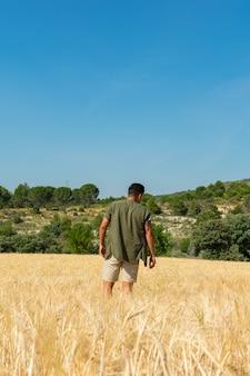 Homem, de, costas, em, um, campo, em, verão