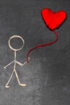 Homem de desenho animado com giz na lousa com coração vermelho em um balão