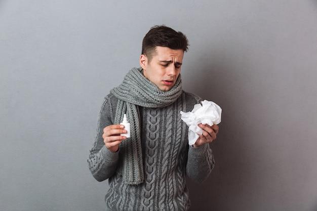 Homem de doença vestindo cachecol quente em pé isolado