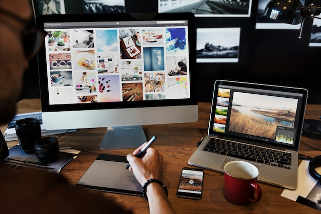 Homem de edição de fotos em um computador