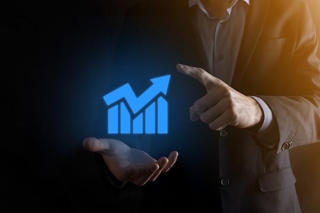 Homem de empresário segurando um gráfico com crescimento de lucros positivos. planejar o crescimento do gráfico e aumentar os indicadores positivos do gráfico em seu negócio.mais lucrativo e em crescimento.