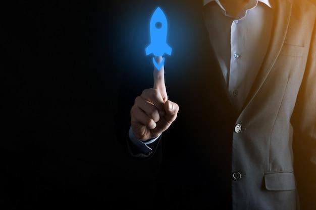 Homem de empresário segurando um ícone de documento na mão document management data system business internet technology concept. sistema de gerenciamento de dados corporativos dms
