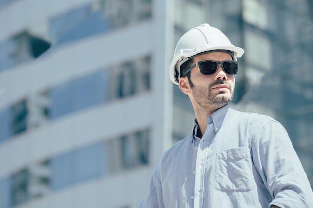 Homem de engenharia trabalhando no canteiro de obras.