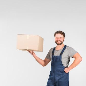 Homem de entrega barbudo segurando a caixa