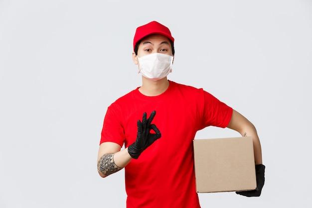 Homem de entrega de cópia-espaço com caixa