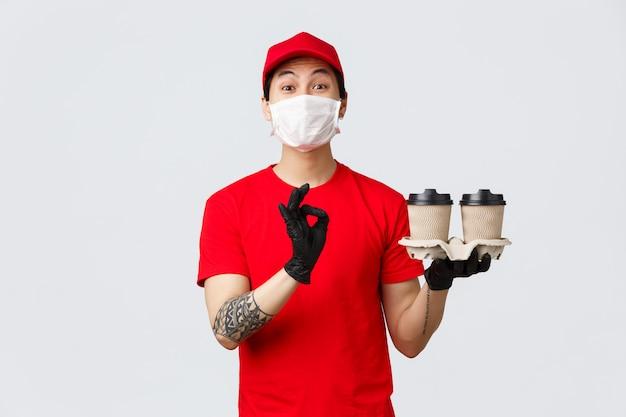 Homem de entrega de cópia-espaço com levar copos