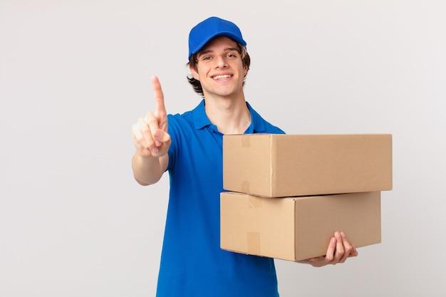 Homem de entrega de pacotes sorrindo e parecendo amigável, mostrando o número um