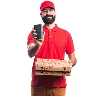 Homem de entrega de pizza segurando um celular