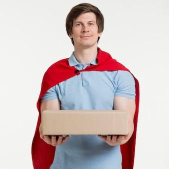 Homem de entrega de tiro médio com caixa