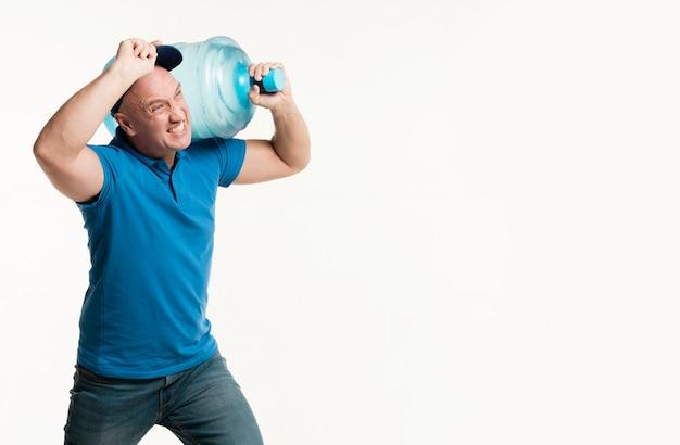 Homem de entrega de trabalho duro, segurando a garrafa de água