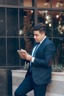 Homem de escritório em uma atmosfera informal.