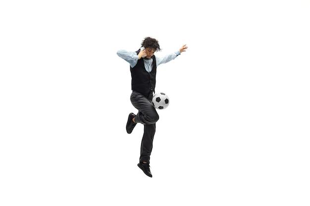 Homem de escritório jogando futebol no branco