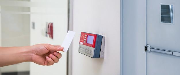 Homem de escritório usando o cartão de identificação para digitalizar no controle de acesso.