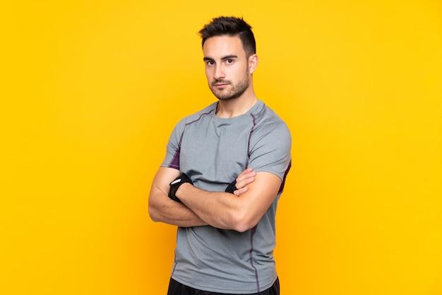 Homem de esporte com barba sobre parede isolada
