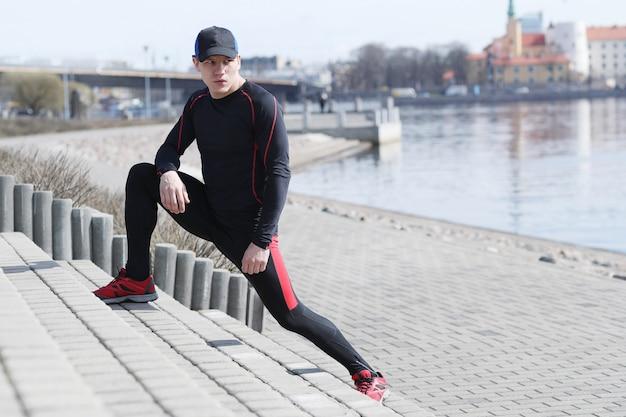 Homem de esporte em ruas ao ar livre