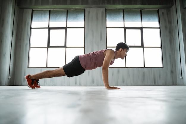 Homem de esporte exercitar indoor na sala de ginástica