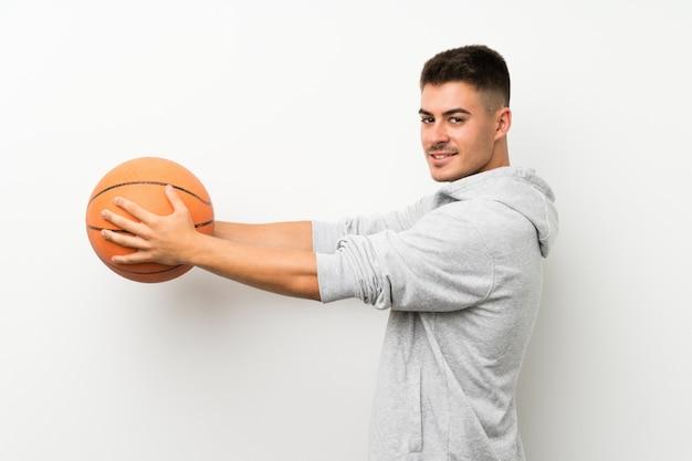 Homem de esporte isolado parede branca com bola de basquete
