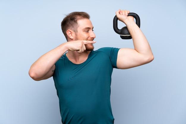 Homem de esporte loiro com kettlebell